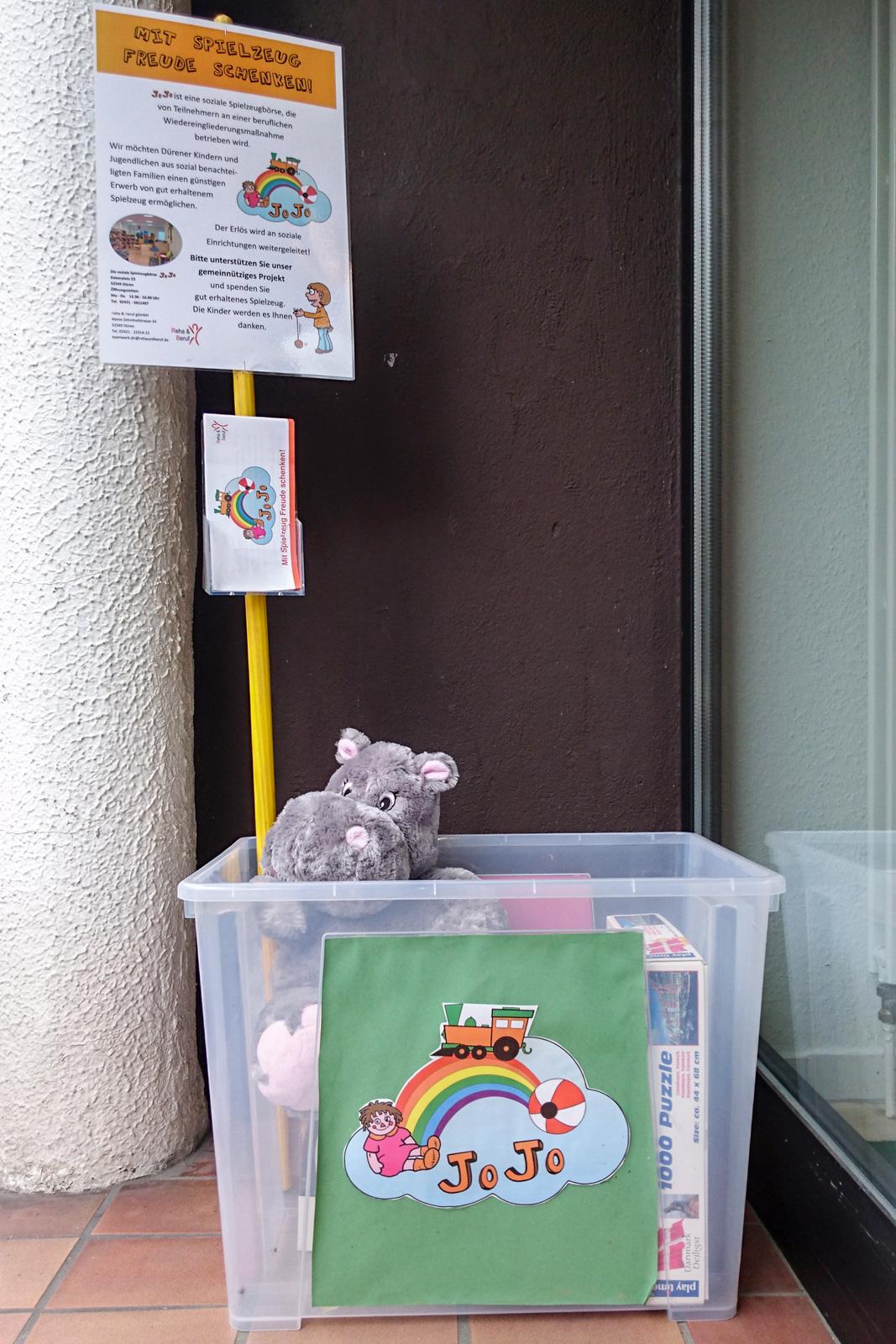 Spenden-Boxen für Spielzeuge des JoJo-Projekts